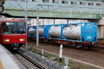 2020年7月17日 7時12分ころ。神宮前。コキ200の東海道本線上り貨物列車と、6826ほか2連+6030ほか4連の普通 岩倉ゆき。