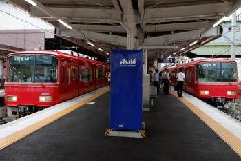 2020年7月17日 7時20分ころ。神宮前。左は発車した3804ほか4連の常滑線・普通 金山ゆき、右は6818ほか2連+6050ほか2連の名古屋本線・普通 岐阜ゆき。