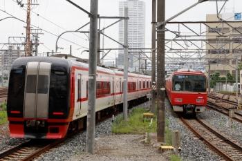 2020年7月17日 8時17分ころ。神宮前。金山方。上の写真の2列車が発車。左は2205ほか6連+3158ほか2連の快速特急 新鵜沼ゆき、右は3304ほか+3169ほか2連4連の急行 岐阜ゆき。