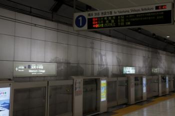 2020年7月18日 6時50分ころ。元町・中華街。西武秩父ゆきS-Trainを表示する1番ホームの発車案内表示器。