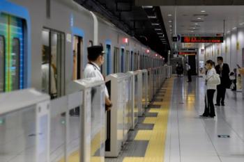 2020年7月18日 7時0分ころ。元町・中華街。西武秩父ゆきS-Trainの検札の係員が乗車口に立って乗客を迎えていますが、乗る人はほとんどいません。