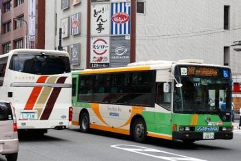 2020年7月19日 12時半ころ。池袋、明治通りで都バスと、富山地方鉄道の回送バスがすれ違い。