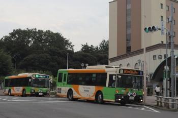 2020年7月24日 17時46分ころ。目白駅前。右が練馬車庫ゆき、左は江古田二丁目ゆきの都バス2台。