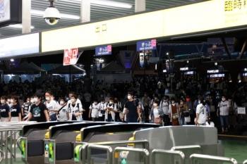 2020年7月25日 21時過ぎ。西武球場前。人が多くてピークのような感じですが、入場規制はなく、本来の混雑と比べたら可愛いものなはずです。