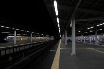 2020年7月25日 21時36分ころ。西武球場前。閑散とした駅から上り特急ドーム88号(左端)が発車。