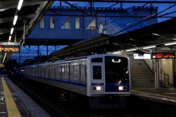 2020年7月25日 18時54分ころ。西所沢。4番ホームを通過する6157Fの上り回送列車。
