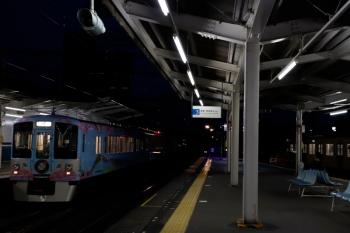 2020年7月25日 19時11分ころ。西所沢。4009Fの上り列車。右端は1番ホームに停車する2091Fの池袋ゆき各停 5360レ。