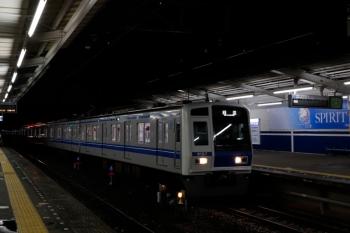 2020年7月25日 19時25分ころ。西所沢。上り方から1番ホームへ到着する6157Fの下り回送列車。すぐに西武球場前へ発車。
