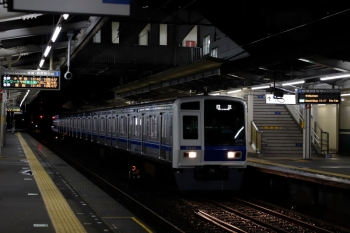 2020年7月25日 19時42分ころ。西所沢。4番ホームへ到着する6114Fの上り回送列車。引き上げ線へ入りました。