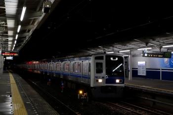 2020年7月25日 19時53分ころ。西所沢。引き上げ線から1番ホームへ入る6114Fの下り回送列車。すぐに西武球場前へ発車。