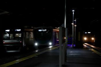 2020年7月25日 20時10分ころ。西所沢。列車が3本並びました。左から、メトロ10008Fの6570レ、38114Fの5223レ、引き上げ線から2番ホームへ入り6177レになる2073F。