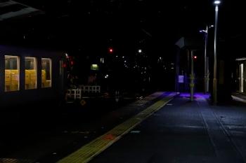 2020年7月25日 20時14分ころ。西所沢。4番ホームに停車中の001-F編成の上り回送。入換信号機が進行を現示し、これから引き上げ線へ入ります。