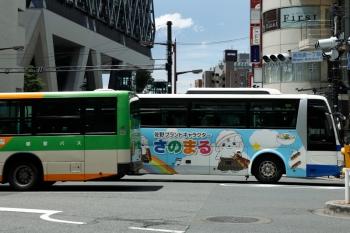 2020年7月26日 11時40分ころ。池袋駅近く。都営バス(左)と、JRバス関東の「さのまる」。