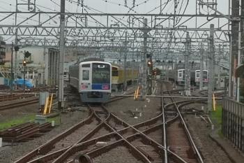 2020年7月29日 5時47分ころ。保谷。左手前が、2番ホームから発車した6113Fの下り回送列車。