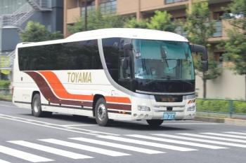 2020年7月31日 12時20分ころ。高田馬場駅近くの新目白通り。富山地方鉄道の池袋ゆき高速バス。運休で10月は見られません。