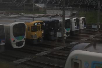 2020年7月31日 5時半ころ。小手指車両基地・飯能方。左から3本目が紺色塗装の9108F。