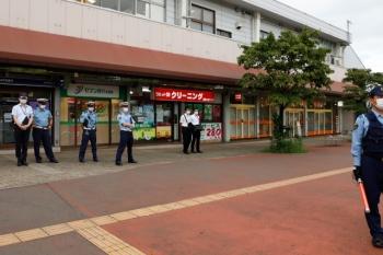 2020年8月1日 17時過ぎ。入間市駅前。たむろする警察官。ワイシャツ姿は公安さん?