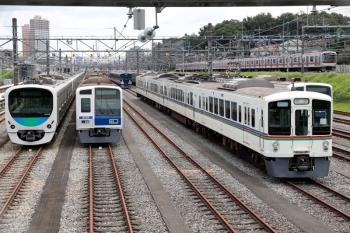2020年8月1日。小手指車両基地。飯能方に留置の4001F・9108Fと、その横を通過する東急5050系の1703レ。