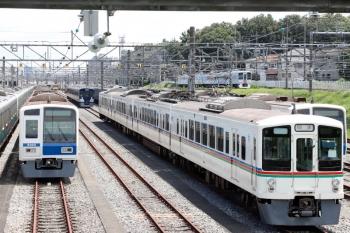 2020年8月1日。小手指車両基地。飯能方に留置の4001F・9108Fと、その横を通過する4009F(52席)の下り列車。