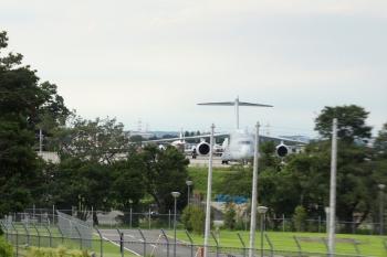 2020年8月1日 17時前。武蔵藤沢〜稲荷山公園。西武池袋線の車内から飯能方を向いて、入間基地内を撮影。
