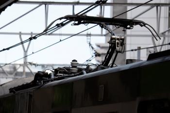 2020年8月2日。五反田。お空を照らす照明が屋根上にある山手線E235系。営業運転中に架線を点検。先頭車の番号は12です。