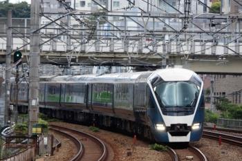 2020年8月2日 12時34分ころ。五反田。通過するE261系の特急サフィール踊り子5号。