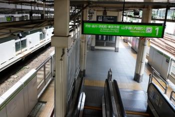 2020年8月2日。原宿。駅舎から、内回りホーム北側へ降りるエスカレーターからの風景。左が外回り。