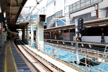 2020年8月2日。渋谷。山手線内回りホームの中央部から北側を見た所。右が埼京線・湘南新宿ラインのホーム。以前はいろいろあって薄暗かったと思います。