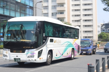 2020年8月4日。高田馬場駅近くの新目白通り。頸城自動車の高速バスの回送。