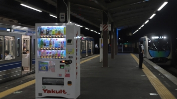 2020年8月5日。小手指。616Fの3711レ(左)と、到着する40101FのS-Train 105号(505レ)。