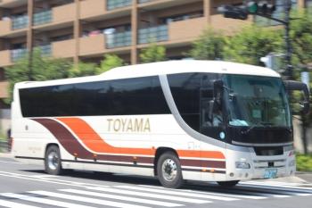 2020年8月6日。高田馬場駅近くの新目白通り。都心方向へ向かう富山地方鉄道の高速バス。