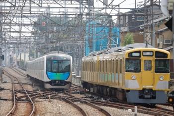 2020年8月8日。西所沢。2番ホームから引き上げ線へ入る2501F(右)と40101Fの2125レ。