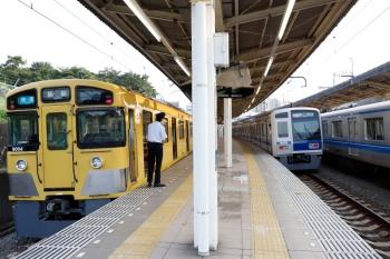 2020年8月9日。入間市。9104Fの3105レ(左端)を追い抜かす、6155Fの1715レ。右端は通過する20158Fの上り回送列車。