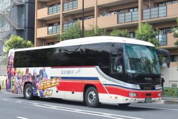2020年8月13日 12時10分ころ。高田馬場駅近くの新目白通り。「佐久市に来い!!北斗の拳」の千曲バスの池袋ゆき。