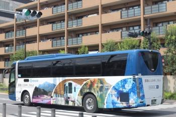 2020年8月13日 12時20分ころ。高田馬場駅近くの新目白通り。4009F(52席)も入った秩父PR車体広告の西武の高速バス。軽井沢ゆき。