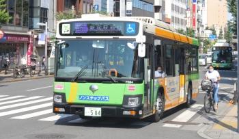 2020年8月13日 8時26分ころ。目白駅前。61系統の新宿駅西口ゆき。後ろに到着するのは池袋駅東口ゆきのはずですが、行き先表示は三文字だけ、…。
