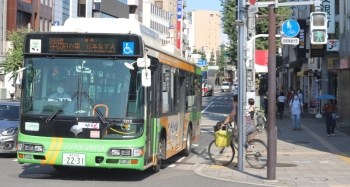 2020年8月13日 8時26分ころ。目白駅前。三文字の行き先表示で到着した都バスは、学05系統に変身しました。