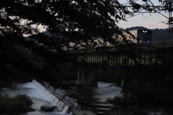 2020年8月14日 4時55分ころ。仏子〜元加治。20107Fの下り回送列車。運転士さんに隠れて木陰から撮影したわけではありません。