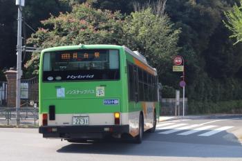 2020年8月14日 8時25分ころ。目白駅前。駅前から目白通りを右折して転回場へ向かう都バス。