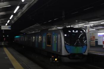 2020年8月14日 20時28分ころ。西所沢。4番ホームを通過する40102Fの上り回送列車(59M運用)。この日最後のS-Train・109号を走るため、豊洲へ向かいます。