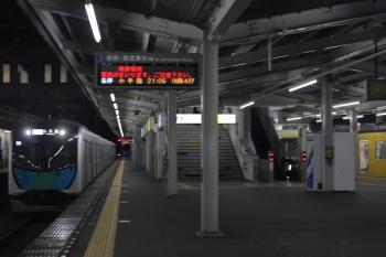 2020年8月14日。西所沢。「降車専用」と発車案内が表示する3番ホームへ到着する40104Fの「S-Train 105号」505レ。
