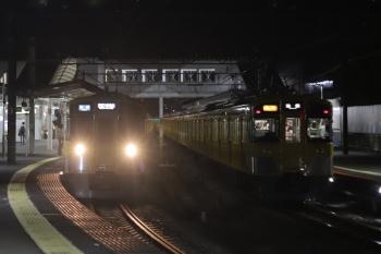 2020年8月14日。西所沢。右が、1番ホームから発車した2463F+2089Fの急行 池袋ゆき8264レ。左は2071Fの6233レ。