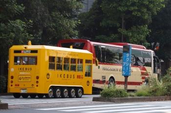 2020年8月15日 15時半ころ。池袋駅東口の前。黄色のIKEBUS(手前)。奥には長電バスの高速バスが見えてます。