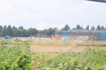 2020年8月16日。稲荷山公園〜武蔵藤沢。線路の南側に自衛隊の病院が建設中です。