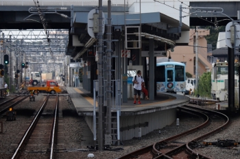 2020年8月18日 13時58分ころ。東長崎。右奥が4009F(52席)の臨時列車。2144レの車内から