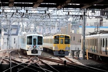 2020年8月18日 14時9分ころ。池袋。左から、4009F(52席)の上り列車、滞泊中の2063F+2465F、38114F+32105F。