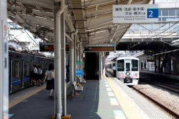 2020年8月18日 13時24分ころ。清瀬。2番ホームで発車を待つ4009F(52席)の上り列車。左は6107Fの4114レ。