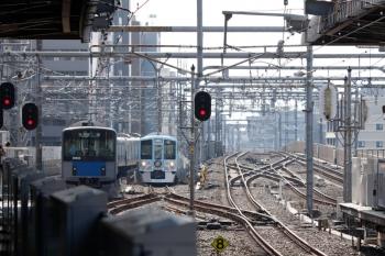 2020年8月18日 15時6分ころ。練馬。右奥が豊島園駅発の4009Fの上り回送列車。左は20152Fの5121レ。