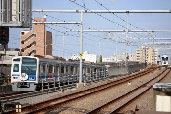 2020年8月18日 15時23分ころ。練馬。左から、6152F(ヒプノシスマイク)の4578レと、引き上げ線で折り返し待ちの4009F回送列車。