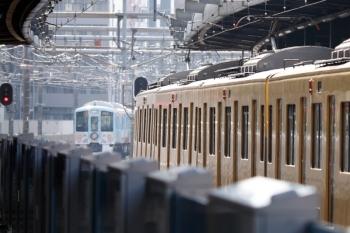 2020年8月18日 15時27分ころ。練馬。左奥が2番ホームから発車した4009Fの下り回送列車。